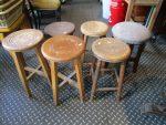 古い木の丸椅子が充実しています!